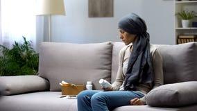 Femme avec le cancer tenant des pilules, traitement exp?rimental, affaires de pharmacologie images libres de droits
