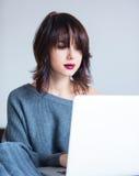 Femme avec le carnet fonctionnant à la maison photographie stock libre de droits