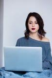 Femme avec le carnet fonctionnant à la maison Images stock
