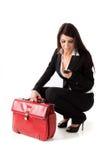 Femme avec le cas de suite et le mobile de téléphone Photos libres de droits