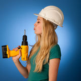 Femme avec le casque de constructeur et outils heureux d'effectuer le travail dur Photos libres de droits