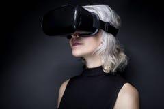 Femme avec le casque de réalité virtuelle Photographie stock