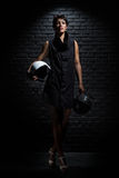Femme avec le casque deux à côté du mur Photo libre de droits