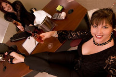 Femme avec le champagne dans le bureau photo stock