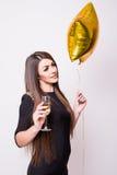 Femme avec le champagne potable de ballon en forme d'étoile sur le blanc Photo stock