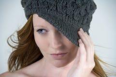 Femme avec le chapeau de laine Photographie stock