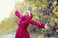 Femme avec le chapeau de Santa appréciant la première neige Photo stock