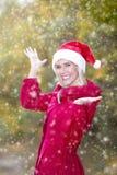 Femme avec le chapeau de Santa appréciant la première neige Images stock