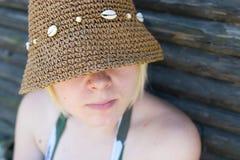 Femme avec le chapeau du soleil images stock