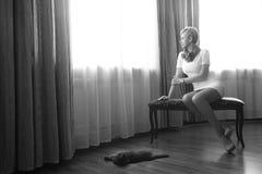 Femme avec le chat Photographie stock libre de droits