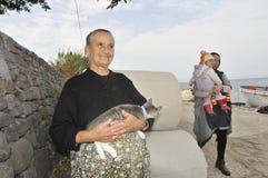 Femme avec le chat Lesvos Grèce Photographie stock libre de droits