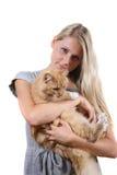 Femme avec le chat pelucheux brun Photo libre de droits