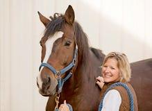 Femme avec le cheval Photographie stock