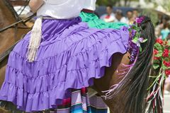 Femme avec le cheval d'équitation pourpre espagnol de robe pendant le défilé vers le bas State Street, Santa Barbara, CA, vieux j Photo libre de droits