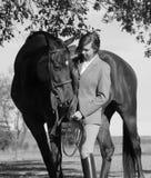 Femme avec le cheval de Brown dans l'automne Photo libre de droits