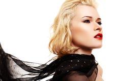 Femme avec le cheveu blond et l'écharpe noire Photographie stock libre de droits