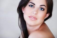Femme avec le cheveu brun et le sourire Photographie stock libre de droits