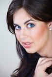 Femme avec le cheveu brun et le sourire Photographie stock