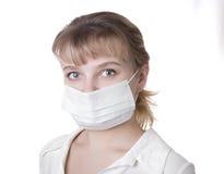 Femme avec le cheveu brun et un masque médical Photographie stock libre de droits