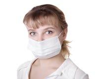 Femme avec le cheveu brun et un masque médical Photos stock
