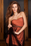 Femme avec le cheveu brun ondulé Photo stock