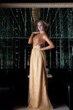 Femme avec le cheveu court dans la belle longue robe Images stock
