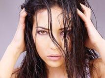 Femme avec le cheveu humide Image stock