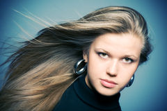 Femme avec le cheveu oscillant Photos stock