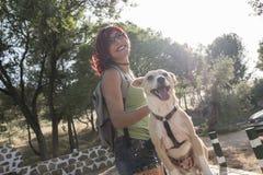 Femme avec le chien dans l'image d'extérieur, elle aiment son animal familier Chien sur le vélo Photographie stock libre de droits