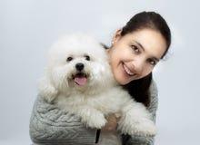 Femme avec le chien de frise de bichon Image stock