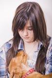 Femme avec le chiot mignon adorable Photographie stock libre de droits