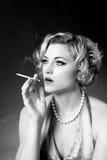 Femme avec le cigratte Photographie stock libre de droits