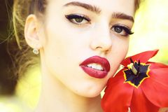 Femme avec le clou de girofle rouge image stock