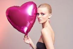 Femme avec le coeur de ballon Maquillage Photos stock