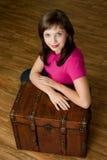 Femme avec le coffre Photographie stock libre de droits