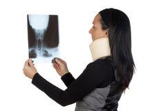 Femme avec le collet et la radiographie cervicaux Photographie stock