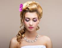 Épouser. Belle jeune mariée de pensée avec le collier de diamants. Élégance et féminité Images stock