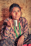 Femme avec le collier vert au Népal Photographie stock