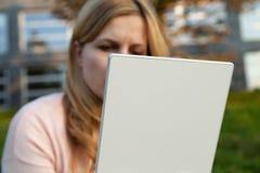 Femme avec le comprimé blanc Photographie stock libre de droits