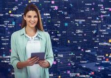 Femme avec le comprimé contre la ville de nuit avec des connecteurs Image stock