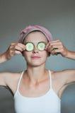 Femme avec le concombre Photos libres de droits