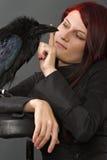 Femme avec le corbeau image stock