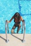 Femme avec le corps sexy d'ajustement dans le bikini de mode, vêtements de bain sortant de l'eau de piscine Belle fille à la mode Image stock