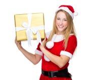 Femme avec le costume de MAS de x tenant un grand giftbox d'or Photo stock