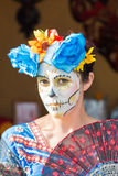 Femme avec le crâne de sucre Image libre de droits