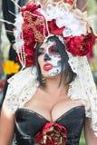 Femme avec le crâne de sucre Images stock