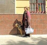 Femme avec le crabot Photo stock