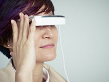 Femme avec le dispositif portable images stock