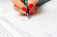 Femme avec le document de signature de contrat de stylo bille Photo stock
