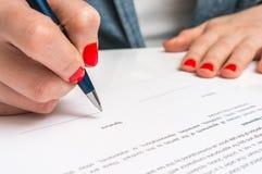 Femme avec le document de signature de contrat de stylo bille photographie stock libre de droits